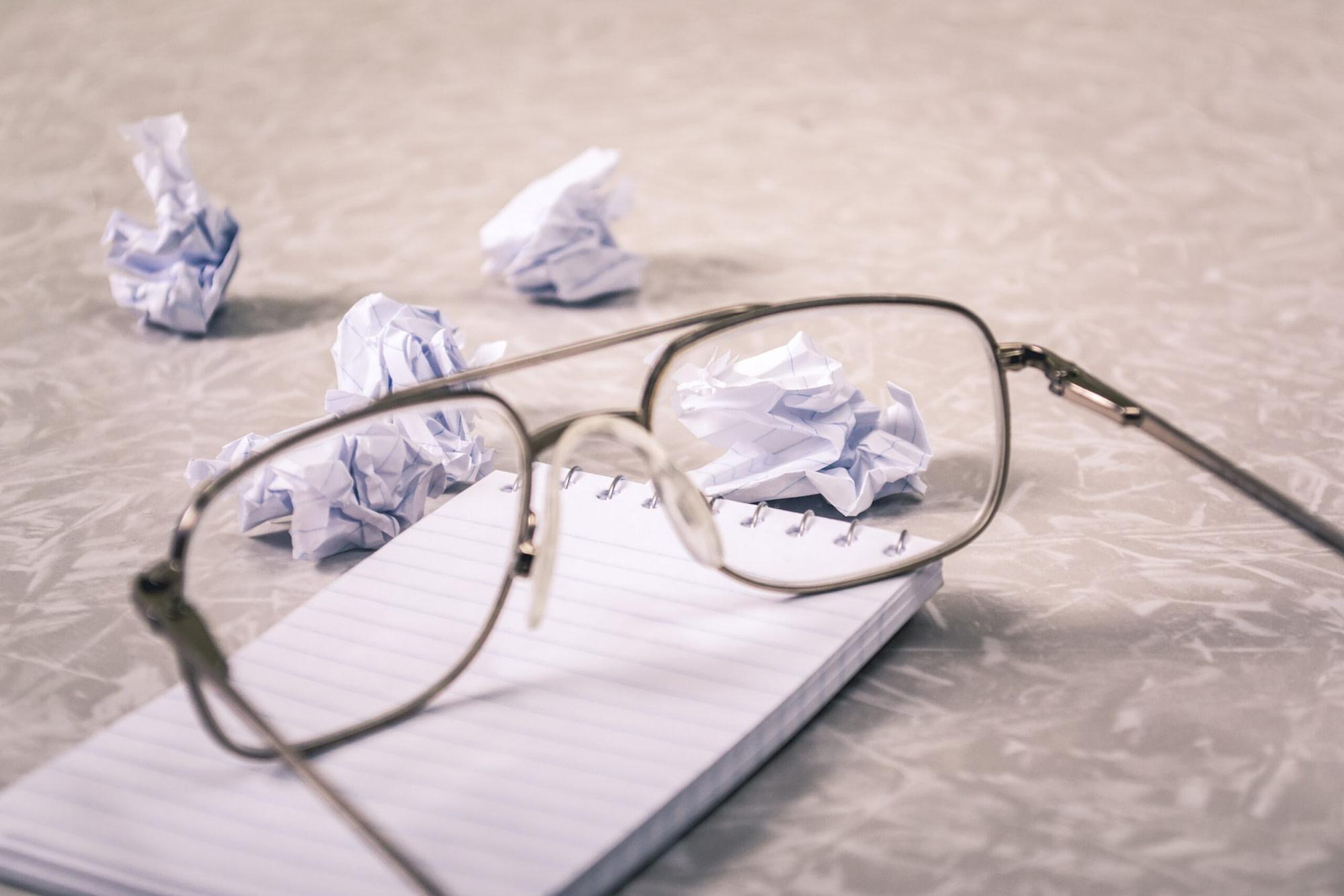 omdenken Van uitdaging naar kans – Deel 2: Omdenken & focus op een ander perspectief close up photography of eyeglasses near crumpled papers 963056 1 scaled